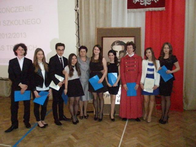 Wychowawca klasy III i  Anna Siemienkowicz z uczniami ze średnią 4,75-5,0