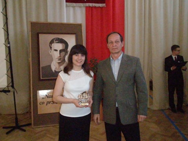 Krzysztof Modzelewski, nauczyciel wychowania fizycznego i Alicja Siemieniako z klasy III i (szachy)