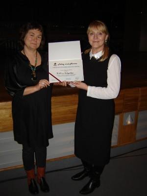Pani Maryla Boćkowska i Pani Małgorzata Tomaszewska z Certyfikatem Przyjaciela Polskich Kresów dla III LO