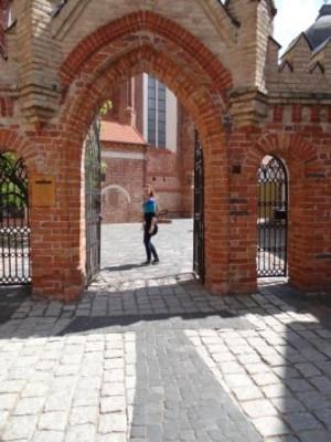 Paulina Dąbrowska z kl. II A przed wejściem do klasztoru bernardynów