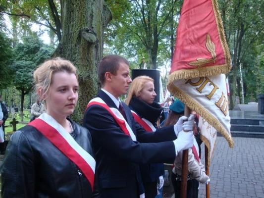 Poczet sztandarowy III LO: Magdalena Kondracka, Michał Bobek, Aleksandra Ostaszewska