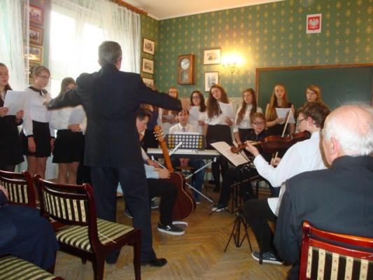 Przebieg uroczystości uświetniły występy zespołu wokalno-muzycznego z ZSK