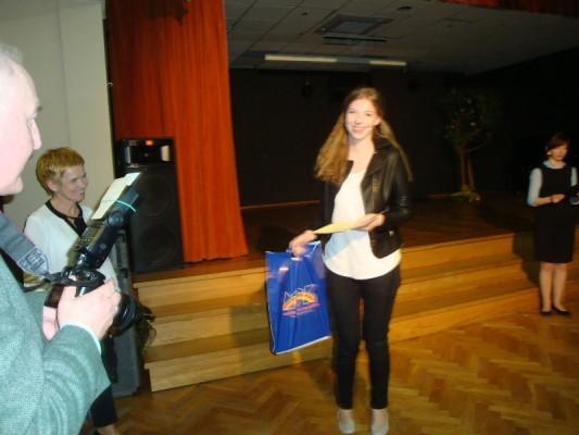 Sylwia Truszkowska po otrzymaniu nagrody i dyplomu