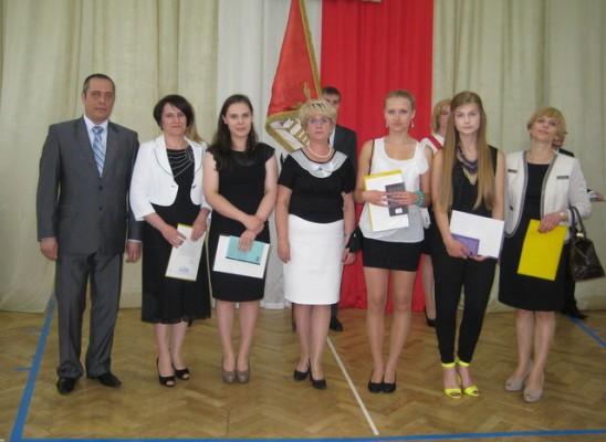 Uczennice z najwy+-sz¦ů +Ťredni¦ů w szkole wraz z Pani¦ů Dyrektor i ich rodzicami