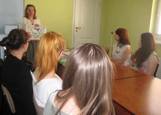 Uczniowie kl. Ic wysłuchują prelekcji na temat faz rozwoju uzależnień