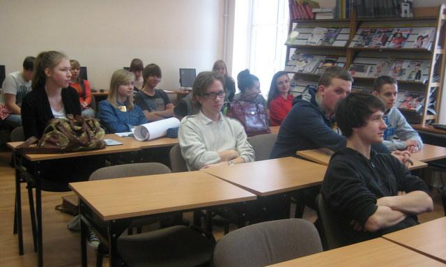 Uczniowie z klasy II F i III H