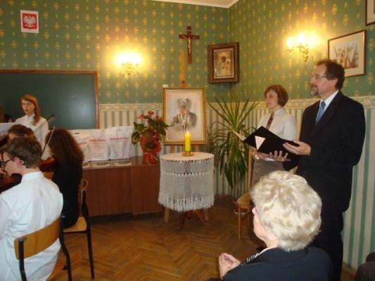 Uroczystość poprowadzili p. Honorata Kozłowska i  p. Mirosław Heleniak