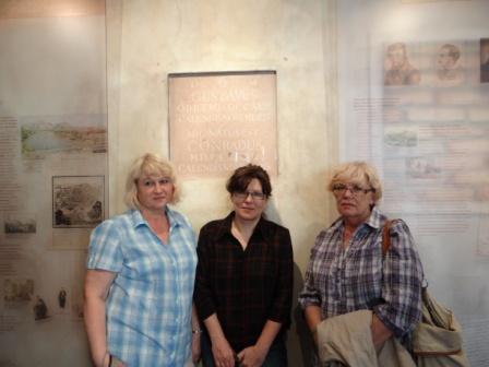 Urszula Wiśniowolska, Anna Kietlińska i Maria Bartnicka - polonistki III LO w celi Konrada
