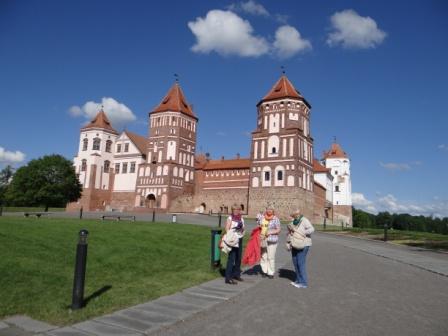 Zamek Światopełk- Mirskich na Białorusi. Na pierwszym planie pani dyrektor Małgorzata Górniak, Urszula Wiśniowolska i Maria Bartnicka
