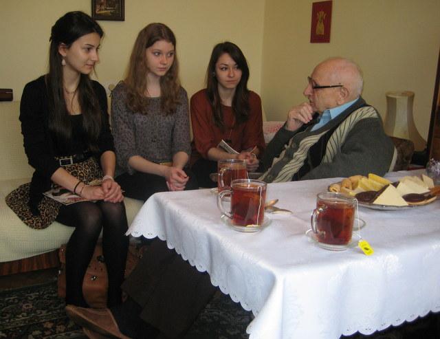 Zasłuchani uczniowie...Pan Jan odpowiada na pytania młodzieży.