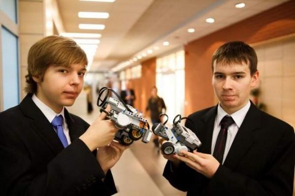 Jakub i Michał ze swoimi robotami