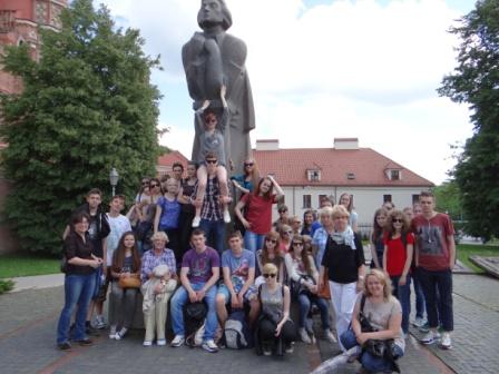 Uczestnicy wycieczki przed pomnikiem A. Mickiewicza w Wilnie