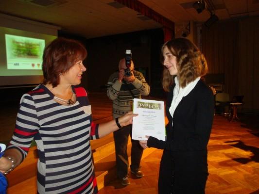 Agnieszka Ruczaj odbiera gratulacje i nagrodę